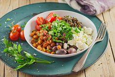 Unser Kichererbsen-Linsen-Salat ist ein feiner Sommer Salat. Feta, Oliven und das Zitronen-Petersilien-Dressing sorgen für einen leicht türkischen Geschmack