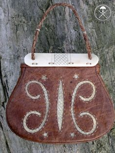 second version of Gokstad bag ,same materials but instead silk on the front is tanned by me salmon leather Gokstad leather bag 2 Leather Pouch, Leather Purses, Norse Clothing, Wooden Purse, Medieval Crafts, Viking Reenactment, Norse Vikings, Frame Bag, Viking Jewelry