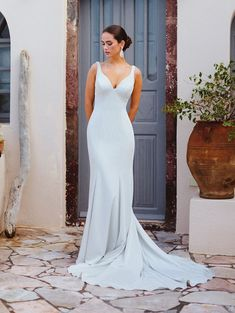 Keep your bridal look chic and stylish by choosing one of these simple wedding gowns. Simple Wedding Gowns, Plus Size Wedding, Bridal Wedding Dresses, Wedding Dress Styles, Bridesmaid Dresses, Lace Wedding, Mermaid Wedding, Elegant Wedding, Wedding Bride