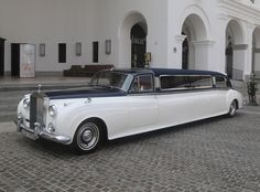 Beloved family's Rolls-Royce up in flames Rolls Royce Limousine, Limousine Car, Rolls Royce Black, Rolls Royce Silver Cloud, Vintage Rolls Royce, Wedding Limo, Donk Cars, Dubai Cars, Old Classic Cars
