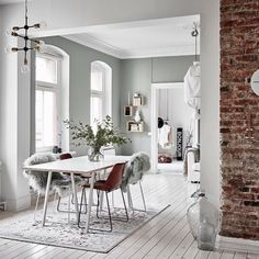 48 Fabulous Scandinavian Dining Room Design Ideas That Looks Cool - Now it is easy to dine in style with traditional Swedish dining chairs. Entertain friends as well as show off your wonderful Swedish home furniture. Scandinavian Interior, Modern Interior, Interior Architecture, Interior Design, Scandinavian Style, Scandinavian Windows, Scandinavian Apartment, Minimalist Interior, Modern Luxury