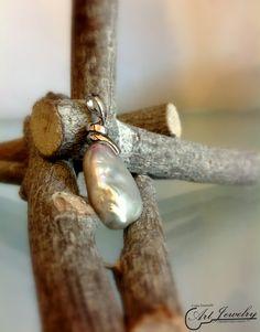 Ciondolo in argento ed impreziosito da una perla naturale barocca. #jewellery #pearl #naturalpearl #silver #artjewelry  https://www.instagram.com/costaemanuele_artjewelry/ https://www.facebook.com/gioiellicosta/  Photo: Noemi Barolo