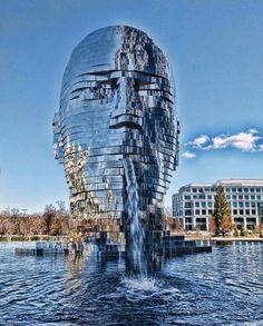 Sculpture du futurMetalmorphosis (Charlotte, États-Unis) - Mouvante, cette sculpture miroitante expluse en même temps de l'eau. De quoi donner le tournis !
