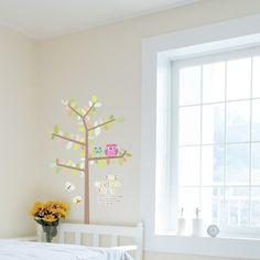 Envie d'ajouter des couleurs chez vous grâce à votre décoration murale ? Faites le simplement grâce à cet arbre multicolore, ces hiboux et ces papillons !