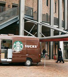 En s'ouvrant ainsi, la camionette transforme le logo Starbucks en sucks