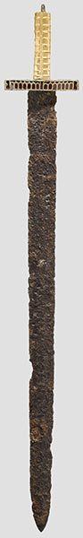 Espada de guarda en placa de tipo nómada (Sármato-Alano o Huno). Hermann Historica. Subasta 51 Lot Nr. 2146. A ceremonial sword with golden grip. Eastern Europe, early Migration Period, between 375 and 450 A.D.