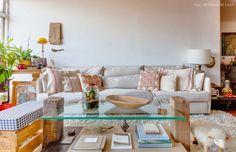 08-decoracao-sala-estar-tons-neutros-estampa-etnica-plantas-apartamento