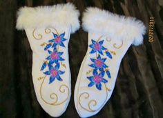 Mitts Leather Crafting, Sewing Leather, Beading Ideas, Beading Patterns, Beaded Moccasins, Beadwork Designs, Native American Beadwork, Native Art, Steamer