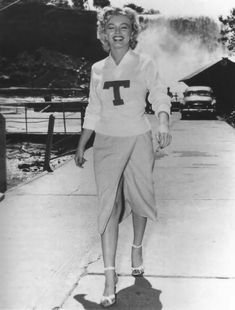Bob Sandberg - Marilyn Monroe - 1952 - in Canada while filming Niagara - publicity photo for the Georgia Tech football team - This picture was used for the magazine Look on September 1952 Estilo Marilyn Monroe, Marilyn Monroe Photos, Le Jolie, Norma Jeane, Steve Mcqueen, Vintage Beauty, Vintage Glamour, Most Beautiful Women, Beautiful People