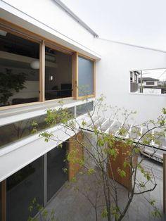 春風の家: 樋口章建築アトリエが手掛けたtranslation missing: jp.style.庭.modern庭です。