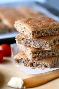 Ruisruudut ovat helppoja ja nopeita peltileipiä, jotka valmistuvat ilman vaivaamista. Ne kohotetaan vain kerran, joka tekee leipomisesta entistä nopeampaa. Sandwiches, Food, Essen, Meals, Paninis, Yemek, Eten
