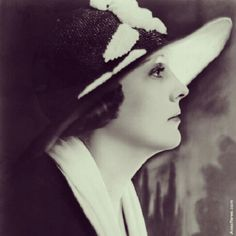 Edna Purviance ( October 1895 – January was an American actress during the silent movie era. She was the leading lady in many of Charlie Chaplin's early films and in a span of eight years, she appeared in over 30 films with him. Silent Film Stars, Movie Stars, Edna Purviance, Old Film Posters, Vintage Headpiece, Mary Pickford, Charlie Chaplin, Hollywood Walk Of Fame, Actors & Actresses