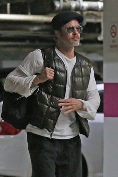 Brad Pitt casually walking in LA Brad Pitt And Angelina Jolie, Jolie Pitt, Bead Pitt, Brad Pitt Kids, Hollywood Stars, Classic Hollywood, Jesse James, Man Movies, Leonardo Dicaprio