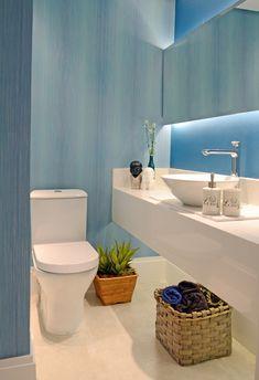 Lavabo com papel de parede azul. Colorido