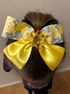 How to make hair bows in three easy styles - then change them, stack them, and add embellishments for a look that is perfect for the girls in your life! Bow Tie Hair, Diy Hair Bows, Diy Bow, Diy Ribbon, How To Make Hair, How To Make Bows, Making Hair Bows, Bow Making, How To Make Pinwheels