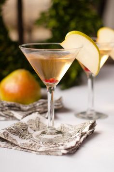 Enjoy Best Pear Martini Cocktail Recipe for a holiday or everyday celebration, delicious garnished with a thin slice of pear, and a few bright pomegranate seeds! Delicious for a New Year's Eve celebration! Elderflower Martini, Pear Martini, Martinis, Martini Recipes, Cocktail Recipes, Dinner Recipes, Drink Recipes, Creamy Chicken Tortilla Soup, Cocktail Drinks