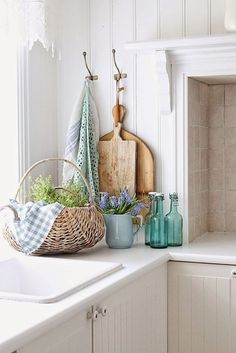 Pretty kitchen vignette - I love the planked walls, hooks, linens, cutting boards and pretty coordinating glass. VIBEKE DESIGN: In a green and blue world . Cottage Kitchens, Farmhouse Kitchen Decor, Home Kitchens, Kitchen Modern, Vintage Farmhouse, Farmhouse Style, Spring Kitchen Decor, Vibeke Design, Cottage Living