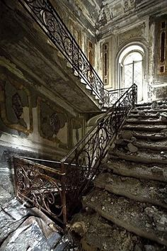Abandoned house with gorgeous staircase Abandoned Castles, Abandoned Houses, Abandoned Places, Old Houses, Old Mansions, Abandoned Mansions, Das Haus In Montevideo, Beautiful Buildings, Beautiful Places