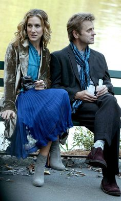 Carrie Bradshaw with Alexander Petrovsky, Season love the older man and the outfit Carrie Bradshaw Outfits, Carrie Bradshaw Style, Mikhail Baryshnikov, Divas, City Outfits, Sarah Jessica Parker, City Style, Street Style, Style Icons