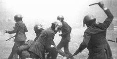 """Los """"grises"""", llamados así por el color de su uniforme, fueron las principales fuerzas represoras franquistas. En 1978 se reorganizó el colectivo y se refundió como el Cuerpo Nacional de Policía."""