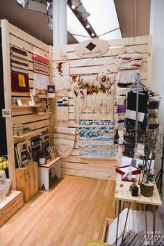 walls easy to hang art on? Stall Display, Craft Booth Displays, Display Ideas, Booth Ideas, Mur Diy, Stand Feria, Vendor Booth, Market Displays, Craft Show Ideas