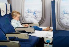 Tolle Erfindung: Dieser Koffer wird im Flugzeug zum Bett für Kinder. Denn das Schlafen im Flieger ist für aufgedrehte Kids oft ein Problem...