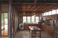 ห้องครัวแบบบ้าน ๆ แต่ประสานความสะดวกในการใช้สอยไว้ได้ดี