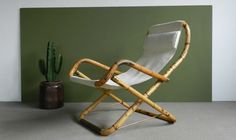 Seventies bamboo lounge chair Met deze inklapbare bamboe fauteuil haal je het voorjaarsgevoel alvast binnen! Wordt het echt mooi weer dan zet je hem gewoon buiten op een heerlijk plekje in de (voorjaars)zon. De fauteuil met zijn unieke vormgeving zit geweldig. Je kan er zelfs in schommelen... dat is pas relaxen! Materiaal: bamboe/canvas doek/koper