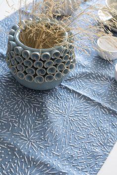 Para decorar tu mesa con estilo nada como un camino de mesa de color vibrante y bordado sutil. Se lleva muy bien con vajillas de tonos neutros (blanco o gris) pero si te va el colorido, no dudes en combinarlo a contraste con amarillos y rosas.  Lo puedes lavar siempre que lo necesites con un ciclo de lavado en frío.  Dimensiones: 50 cm (ancho) x 150 cm (largo). #caminodemesa #camino #tablerunner #mantel #azul