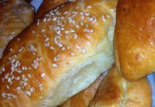 Αφράτα γιαουρτοπιτάκια με τυρί που δεν αφήνουν κανέναν αναίσθητο Greek Pastries, Food And Drink, Health Fitness, Cooking Recipes, Bread, Dinner, Decor, Dining, Decorating
