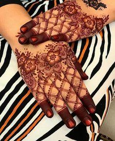 Colour this Eid with simple mehndi designs Traditional Mehndi Designs, Mehndi Designs For Kids, Mehndi Designs Feet, Latest Bridal Mehndi Designs, Finger Henna Designs, Full Hand Mehndi Designs, Mehndi Designs For Beginners, Modern Mehndi Designs, Wedding Mehndi Designs
