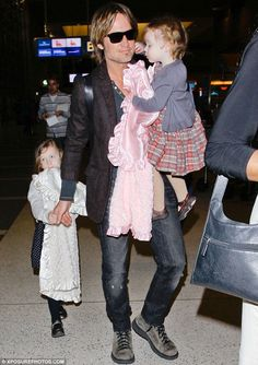 Keith Urban and daughters with Nicole Kidman Sunday and Faith Urban Country Western Singers, Country Music Artists, Urban Family Pictures, Music Competition, People Of Interest, Keith Urban, Nicole Kidman, American Idol, Celebs