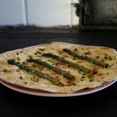 Libapizza Bianca med crème fraiche, sparris och pinjenötter - Johans mat Creme Fraiche, Mozzarella, Parmesan, Zucchini, Pizza, Vegetables, Food, Veggies, Essen