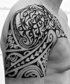 Epaule tatoué avec dessin Tribal Polynésien Maori pour l'Homme