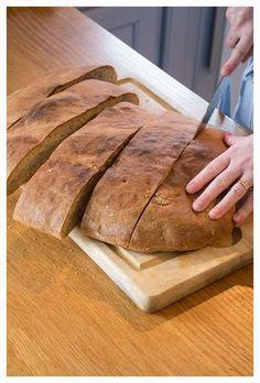 Idag bakar jag långpannebröd, och känner mig ytterst huslig. Bortsett från fusksurdegsbröd som man bara rör ihop, nattjäser och slabbar ut på en plåt, är det här det allra smidigaste brödet. Man be… Bread Bun, Bread Rolls, Bread Recipes, Baking Recipes, Swedish Bread, Microwave Caramels, Sandwich Cake, Sandwiches, Our Daily Bread