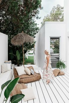 Lana Taylor's modern Mediterranean-style home – Night Parrot Lana Taylor's modern Mediterranean-style home painted white porch + tropical plants Patio Design, Exterior Design, Exterior Paint, House Design, Exterior Homes, Outdoor Spaces, Outdoor Living, Outdoor Seating, Outdoor Balcony