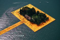 A 3 kilometer long walkway was created as The Floating Piers extend across the water of Lake Iseo. Floating Piers - Christo and Jeanne-Claude Land Art, Christo Floating Piers, Christo Y Jeanne Claude, Site Art, Culture Art, Flora Und Fauna, Italian Lakes, Collage, Small Island