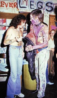 Iggy Pop and Bon Scott chatting backstage at the Whiskey in LA, 1977. Bon Scott was supposed to be 173cm/5.5', he looks pretty small next to Iggy - not known for his height.