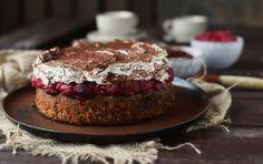 Ein Kuchen mit Haselnussboden (glutenfrei) und Kirschkompott, dazu bestrichen mit Stracciatella Sahne. Ein wahrer Genuss und ein Familienklassiker.