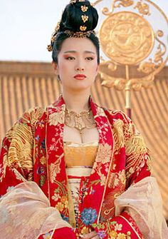 The colors are so rich. And I love shawls worn with robes. #curseofthegoldenflower #gongli #chinese
