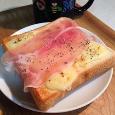 okazu-shokudo: シンプルでとても美味しいとろりチーズトースト生ハムのせ。黒胡椒がよく合います。