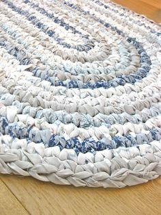 Rag rug rag rug diy, crochet rag rugs, crochet home, crochet crafts Tapetes Diy, Tshirt Garn, Toothbrush Rug, Rag Rug Diy, Dyi Rugs, Homemade Rugs, Braided Rag Rugs, Rag Rug Tutorial, Tutorial Crochet