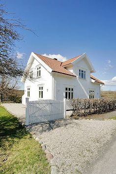 Idyllic - house in Norway. I could live here, Norwegian House, Norwegian Style, Hygge Home, Scandinavian Home, Types Of Houses, Classic House, House Goals, Beautiful Buildings, Villa