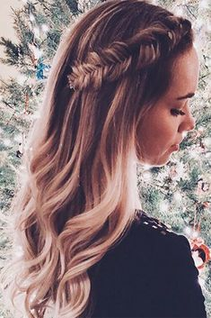 The cutest fishtail braid detail & soft hair waves – Friseur Haare Fishtail Braid Hairstyles, Fishtail Braid Wedding, Fishtail Braid Styles, Dutch Fishtail Braid, Halo Braid, Box Braid, French Braid, Simple Prom Hair, Braids For Long Hair