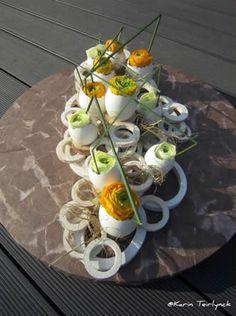 Eieren op een vorm naar keuze langwerpig ,bambooringen opkleven eitjes in verschillende maten en opvullen met ranonkels,roosjes