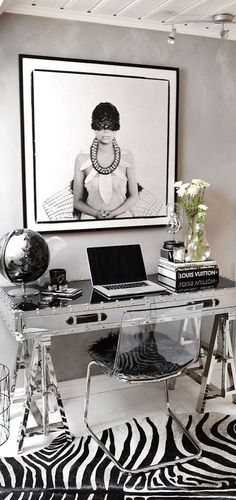 Personally, how the place is set has an influence with my energy and concentration. I can't concentrate best when on a disorganized table. And this is an example of how black and white can organize your working or studying table in an amazing way. Without forgetting that little detail of zebra printed carpet.