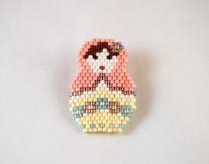 Broche Matriochka en perles Miyuki rose et jaune : Broche par lili-azalee-bijoux