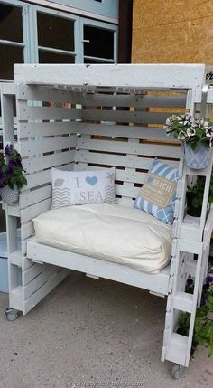 Wood Pallet Projects Pallets - Wood pallets have been around for decades as mechanisms for shipping and storing larger items (among other things). Recently, however, wooden pallets Pallet Patio Furniture, Diy Furniture, Balcony Furniture, Modern Furniture, Furniture Online, Pallet Furniture For Outside, Furniture Projects, Rustic Furniture, Pallet Ideas For Outside