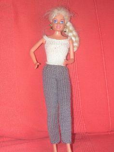 Noël approche à grand pas. Si vous avez des petites filles dans votre entourage qui aiment jouer avec les poupées Barbie et que vous savez tricoter, je vais vous proposer toute une série de vêtements pour les habiller. Je vais essayer de vous en proposer...
