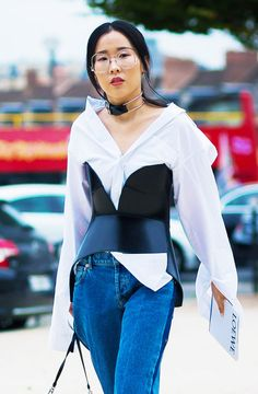 white shirt black top corset denim street style outfit look Fashion Details, Look Fashion, Fashion Outfits, Womens Fashion, Fashion Tips, Fashion Design, Fashion Trends, Corset Outfit, Corset Belt